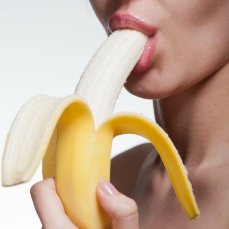 Frau nimmt Banane in den Mund