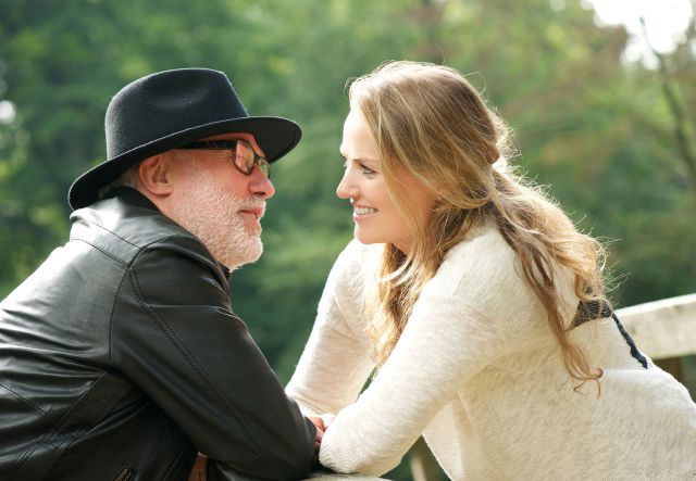 Flirtendes Paar mit einer jungen Frau und einem älteren Mann