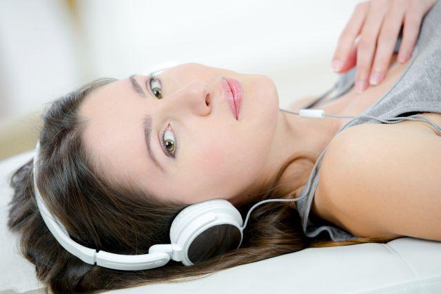 Frau entspannt mit Kopfhörern