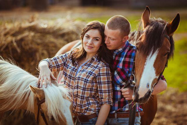 Mann und Frau mit zwei Pferden