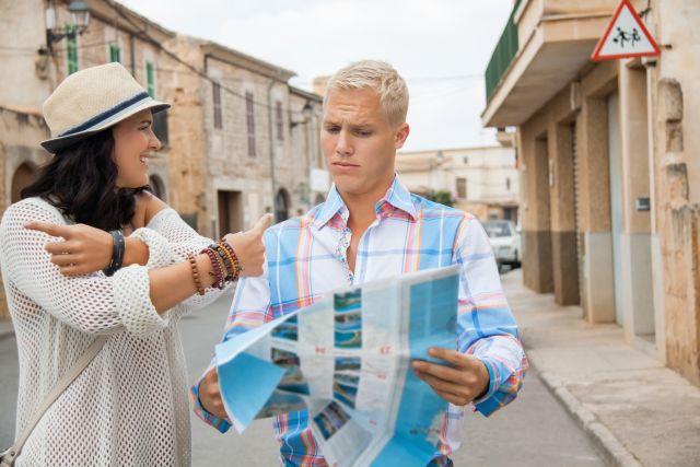 Paar steht mit Stadtplan auf der Strasse