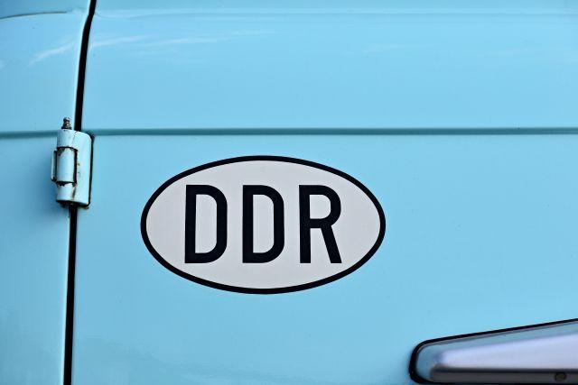 DDR Schild auf Auto