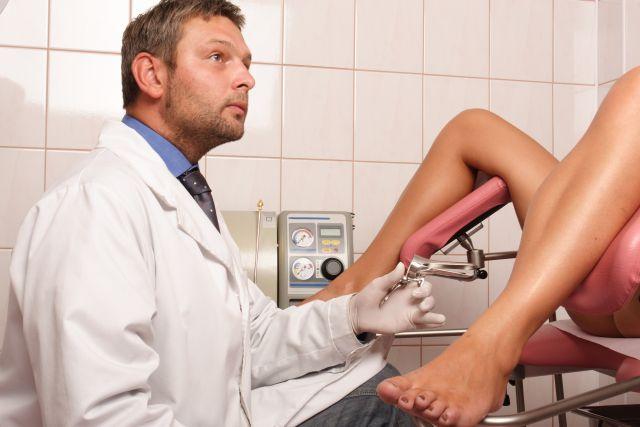 Frauenarzt bei der Arbeit