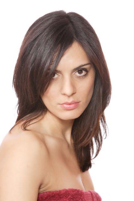Porträt einer attraktiven Frau mit dunklen Haaren