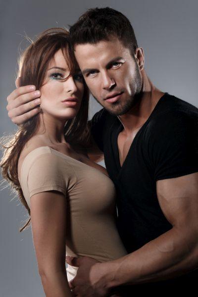 Dunkelhaariger Bodybuilder mit attraktiver Freundin