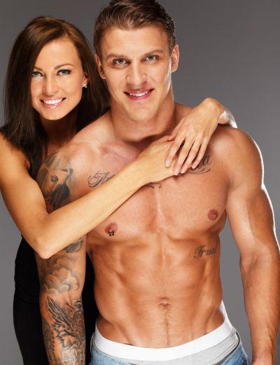 Bodybuilder hält Freundin in der Luft