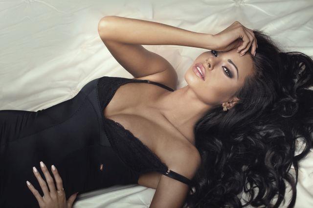 Frau posiert auf Bett