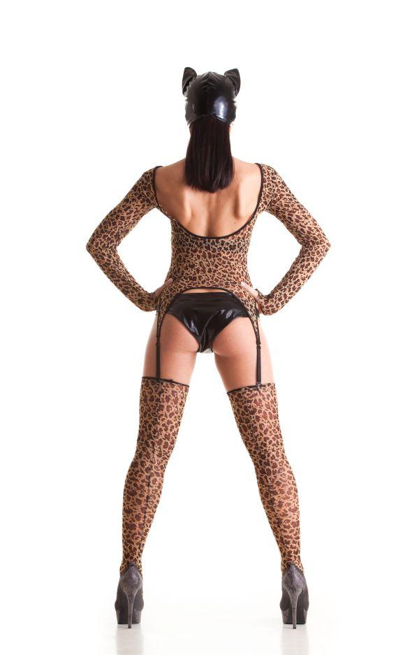 Frau in Catsuit mit Leopardenmuster steht mit Rückem zum Betrachter