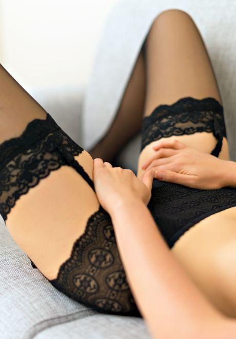 Frau befriedigt sich auf dem Sofa