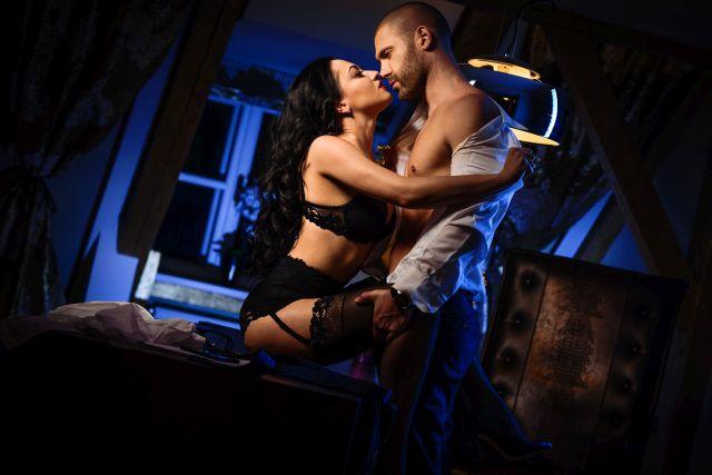 Paar entkleidet sich beim Liebesspiel
