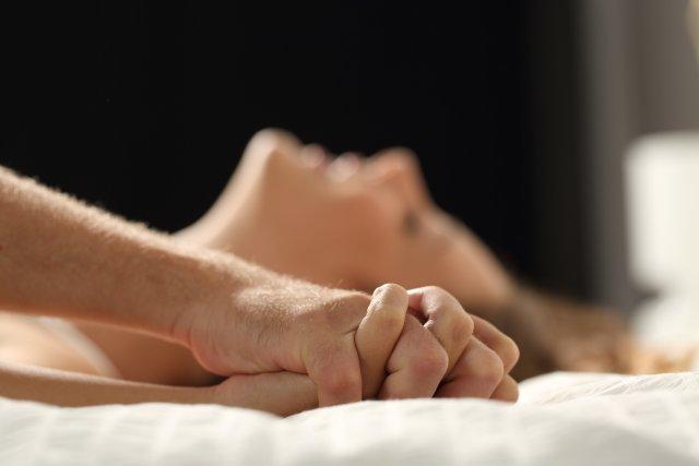 Paar hat Sex im Bett