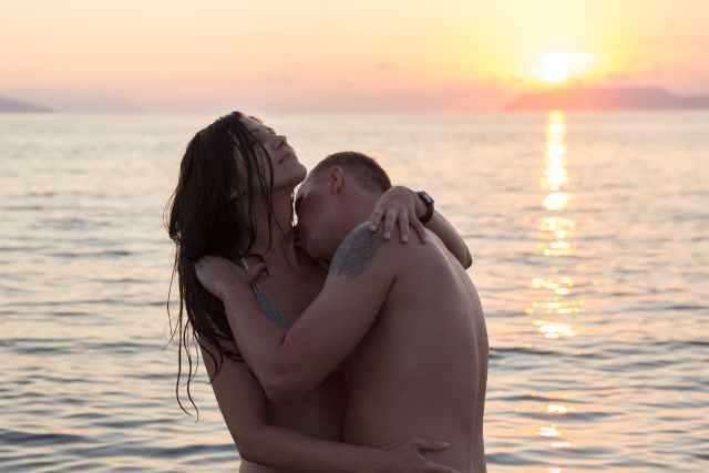 Inniges Paar im Wasser