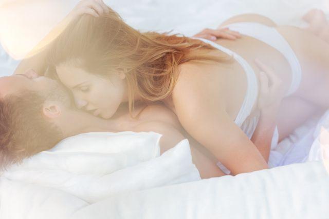Attraktive junge Frau liegend auf dem Bett