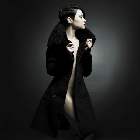 Nackte Frau in einem Mantel