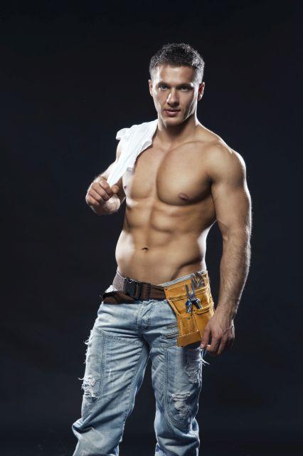 Muskulöser Mann in Arbeitskleidung