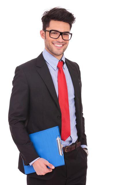 Attraktiver Mann mit Brille in Anzüg