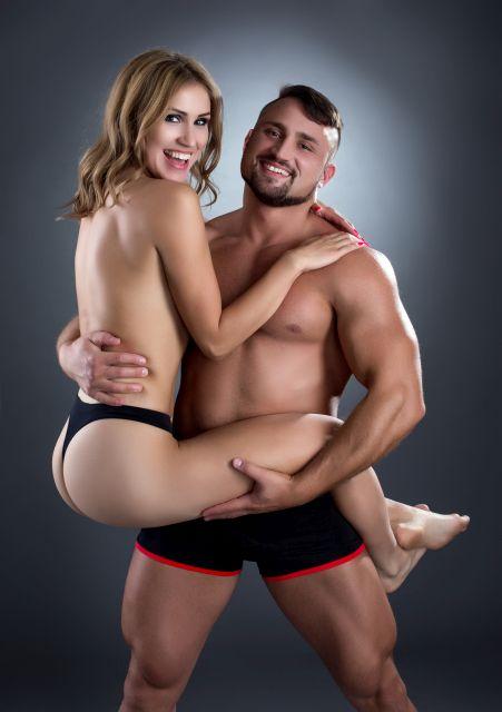 Bodybuilder posiert mit Frau