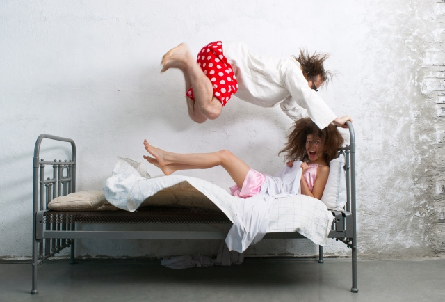 Verrücktes Paar tobt auf Bett