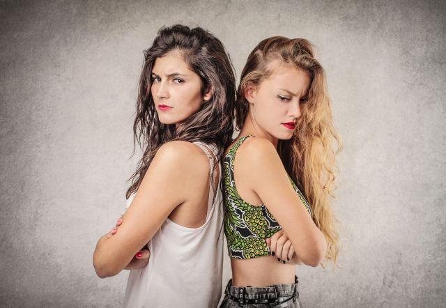 Junge Frauen haben Streit