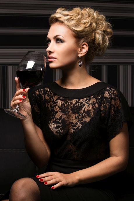 Reife Frau mit Weinglas