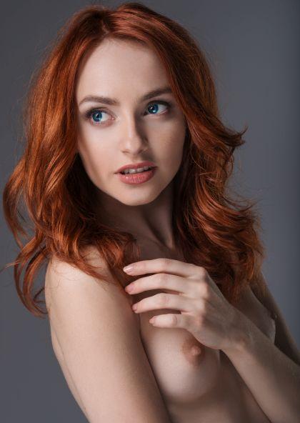Porträt einer rothaarigen Frau oben ohne