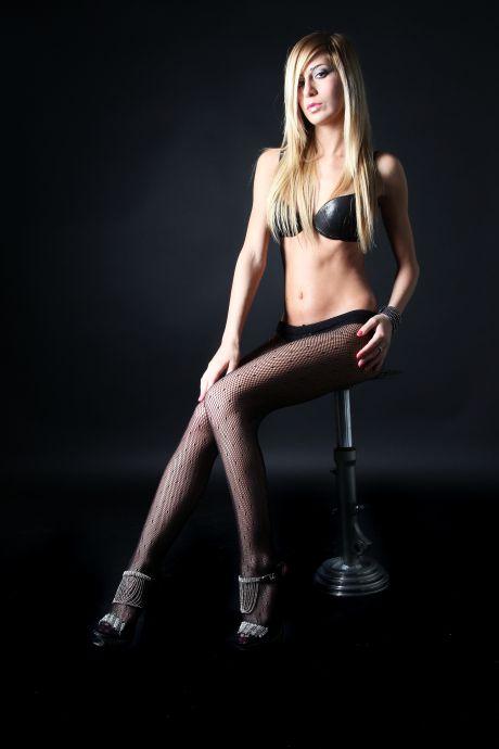 Leichtbekleidete Frau in Nylonstrumpfhose