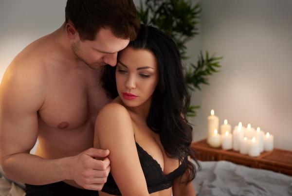 Ein Paar kuschelt im Bett bei einem diskreten Treffen