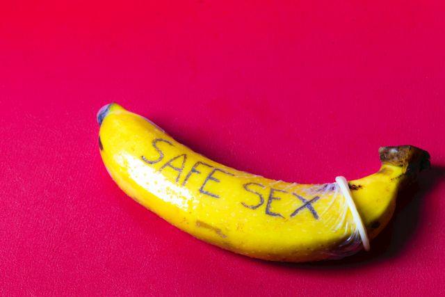 Banane mit übergestülptem Kondom