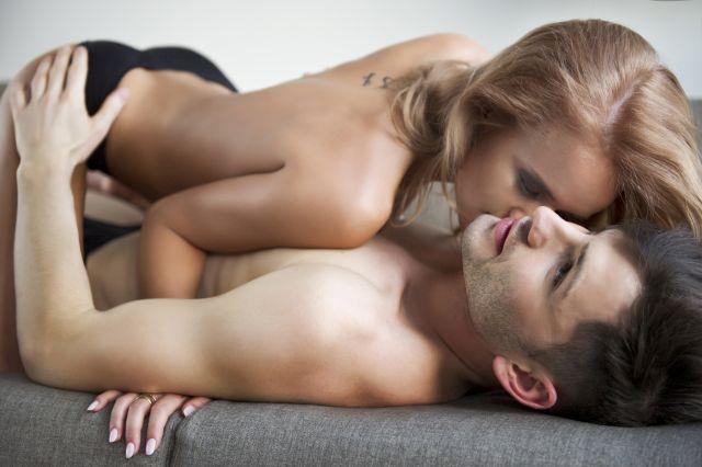 Unbekleidetes Paar beim Liebesakt