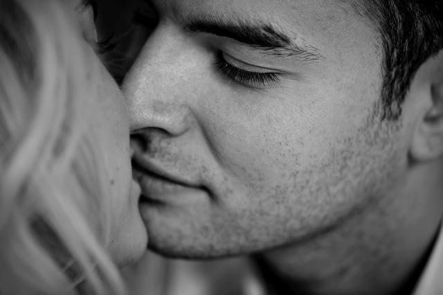 Ausschnitt von sich küssendem Paar