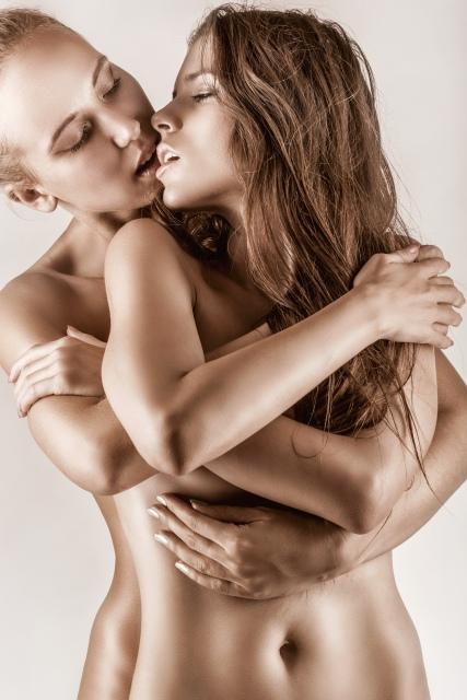 Lesbenpärchen steht nackt eng zusammen