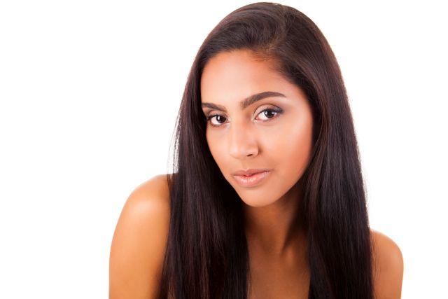 Porträt einer Frau mit dunklem Teint und schwarzen Haaren