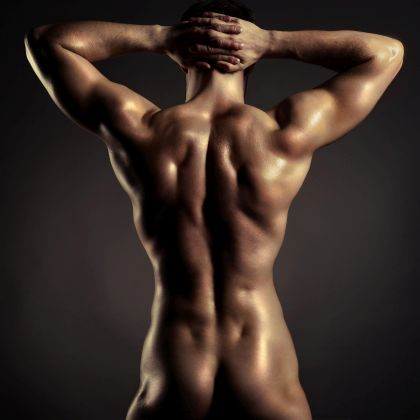 Nackter muskulöser Mann von hinten