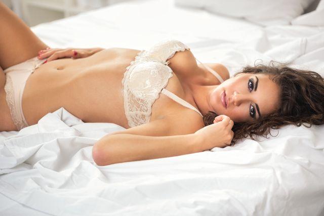 Frau liegend in Unterschwäsche