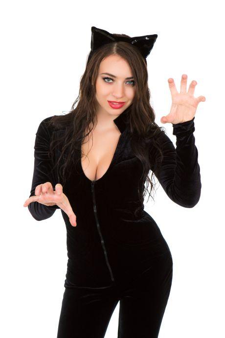 Junge brünette Frau im schwarzen Catsuit