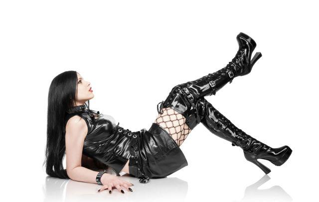 Frau in Gothic-Outfit posiert liegend