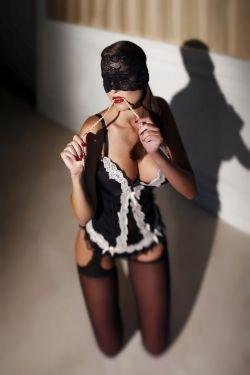 Frau im Zimmermädchenkostüm