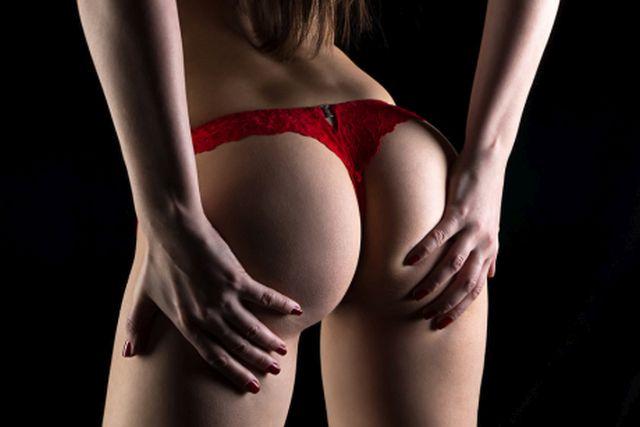 Frauenhintern im roten String