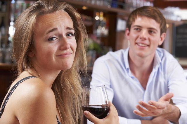 Frau fühlt sich genervt von Mann