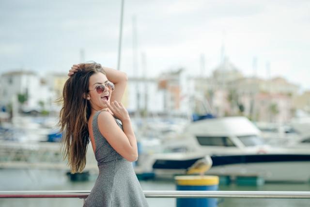 Attraktive Frau posiert am Hafen