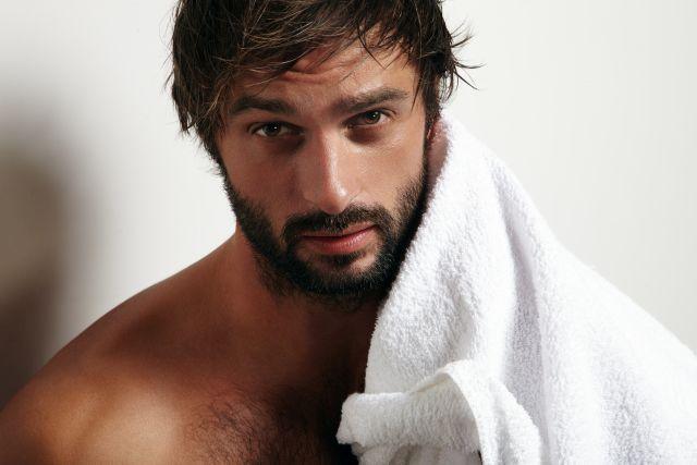 Mann in Handtuch eingehüllt