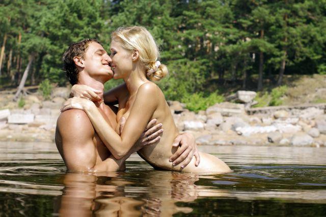 Nacktes Pärchen im See