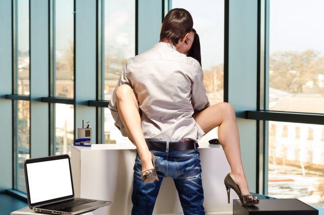 Pärchen beim Sex im Büro