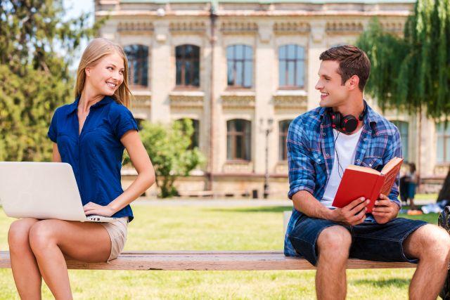 Flirten an der Uni: Kommilitonin ansprechen und Date einfädeln!