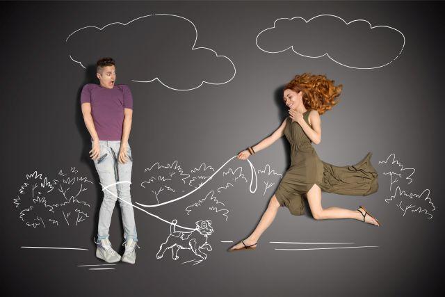 Paar liegt auf Tafel, auf der eine Landschaft aufgemalt ist