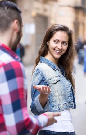 Paar flirtet auf der Straße