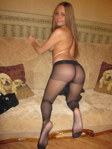 Frau in Strumpfhose auf dem Sofa
