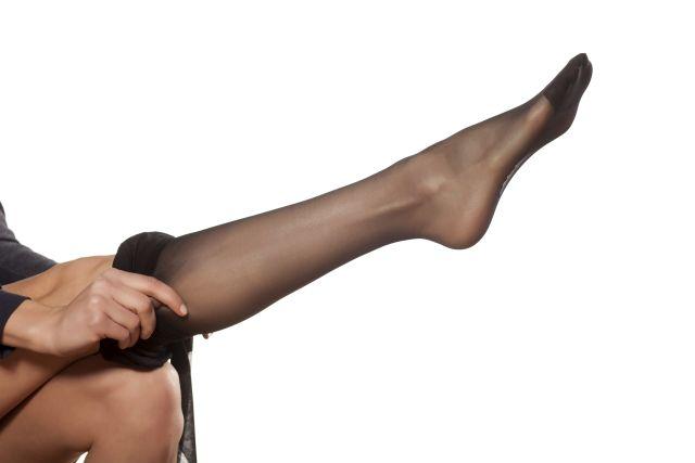 Frau zieht sich ihre Strumpfhose an