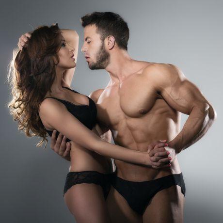 Attraktives Paar mit nacktem Oberkörper