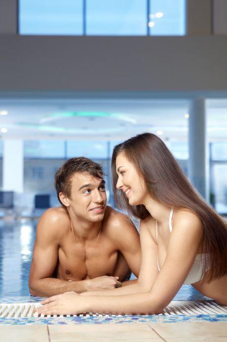 Paar im Schwimmbad